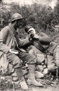 Српски војник пружа цигарету заробљеном Бугарину 1917/1918