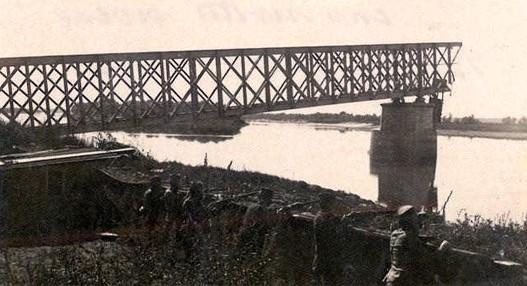 Srusen Zeleznicki most u Beogradu.jpg