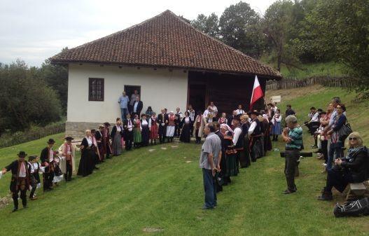 U Struganiku, ispred rodne kuće vojvode Živojina Mišića