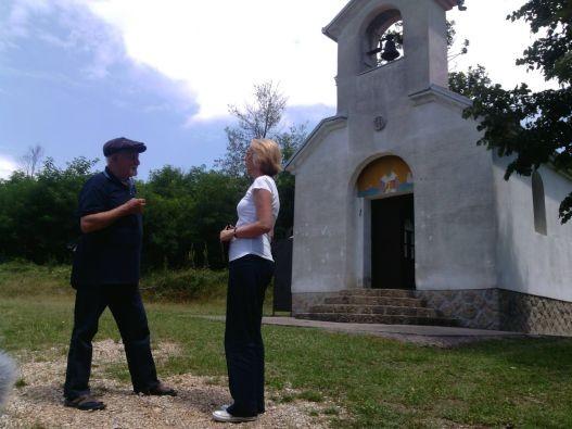 Милован Данојлић, испред цркве коју је изградио у Ивановцима