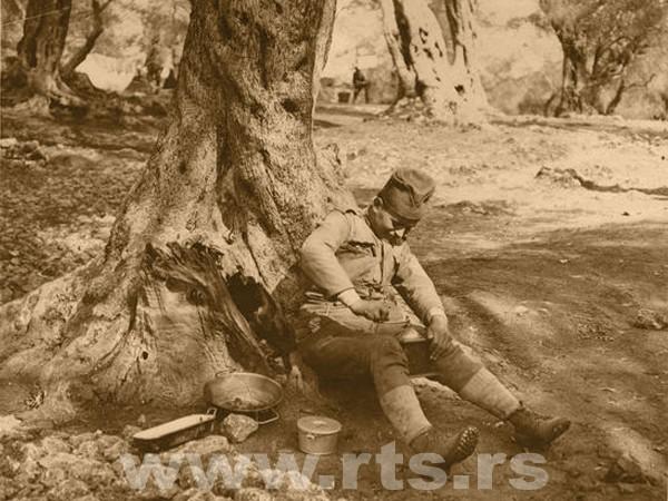 Србски војник меље кафу