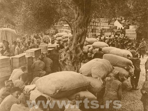 Истовар робе и хране допремљене у један од логора српске војске