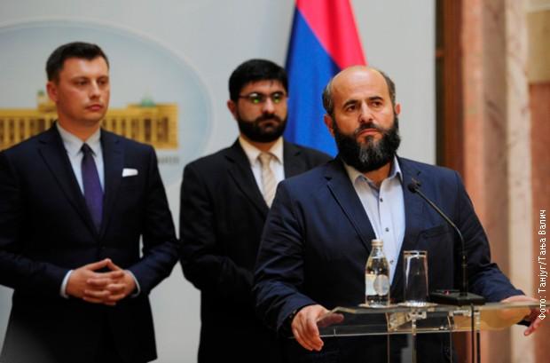 Muamer Zukorlić obraća se novinarima u Skupštini Srbije