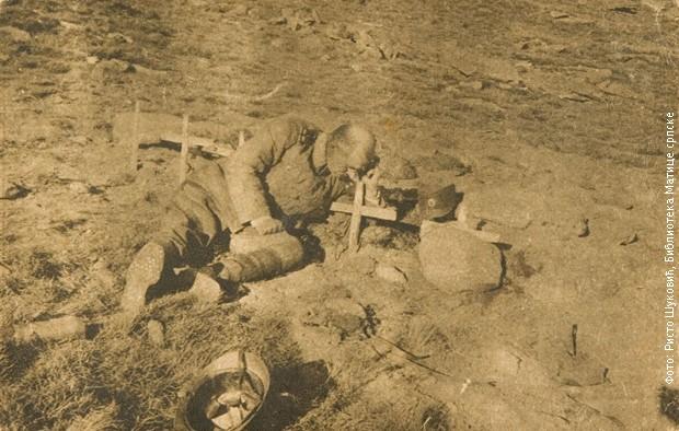 Српски официр на гробу сина јединца на Кајмакчалану