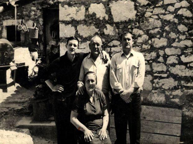 Milutin Dedić i brat Arsen sa roditeljima