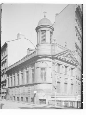 Grčka crkva Svetog Georgija u Beču, koju su u vreme Dositeja, Merkaila i Vuka delili svi pravoslavci Beča. U toj crkvi je Vuk ležao na odru 1864.
