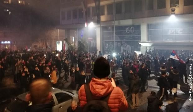 Протеста испред зграде РТС-а у Таковској улици