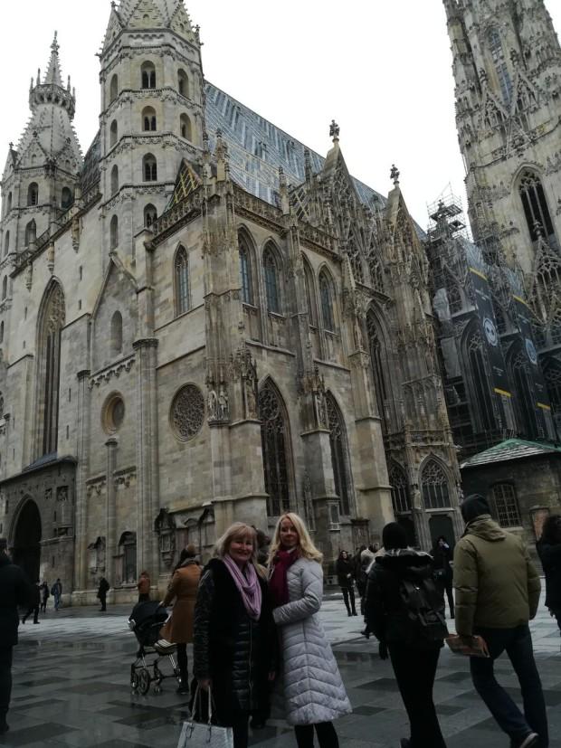 Svetlana Matić i Tamara Drezgć ispred Katedrale Svetog Stefana u Beču