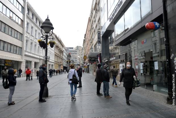 Ред испред апотеке у Београду