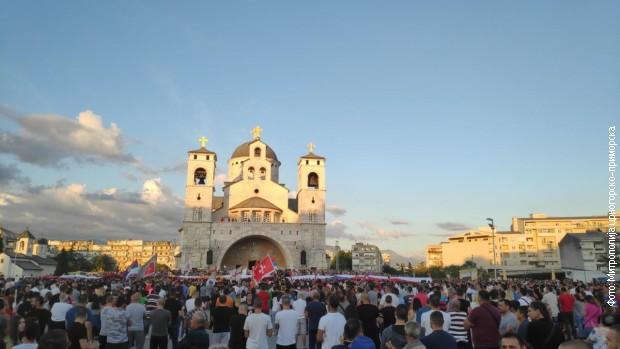 Грађани испред Саборног храма Христовог васкрсења у Подгорици