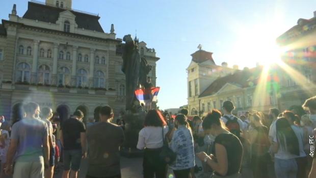 Грађани на тргу у Новом Саду