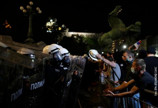 Полиција потисла групу демонстраната који су провоцирали инциденте