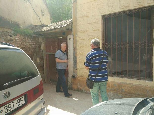 Slobodan Aksentijević ispred uzurpirane imovine u južnom delu Kosovske Mitrovice