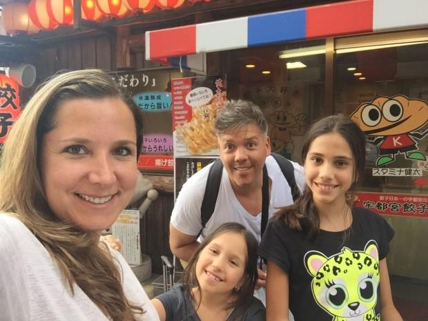 Mirko sa suprugom i ćerkama