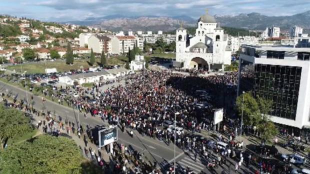 Грађани испред Саборног храма одали пошту преминулом митрополиту