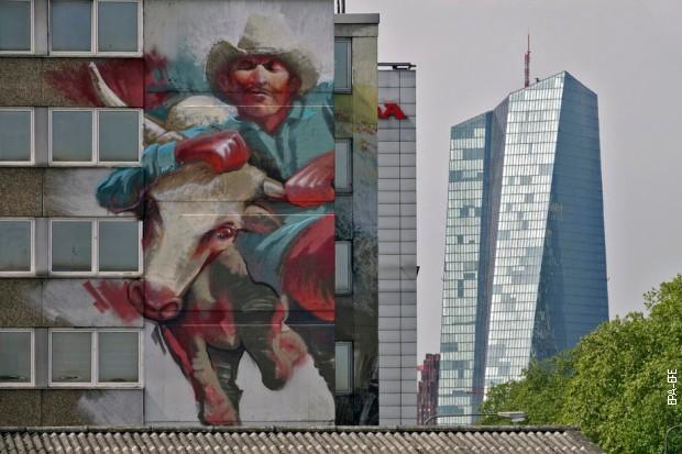 Мурал на згради у Франкфурту, иза које се види седиште Европске централне банке