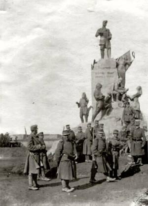 Аустроугарски војници испред споменика Карађорђу на Калемегдану 1915. Споменик су окупационе власти недуго потом срушиле