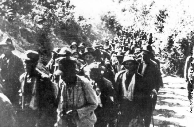 Odvođenje srpskog stanvništva s Kozare u logore. Snimljeno u leto 1942.