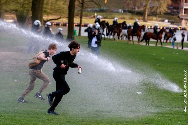 Belgijska policija vodenim topovima i suzavcem rasturila zabavu u parku