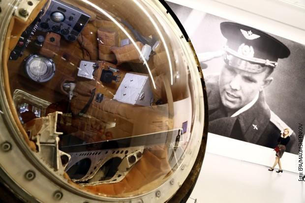 """Kapsula """"Vostok"""" sa fotografijom Gagarina u pozadini"""