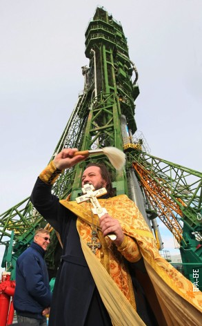 Otac Sergej osveštava raketu