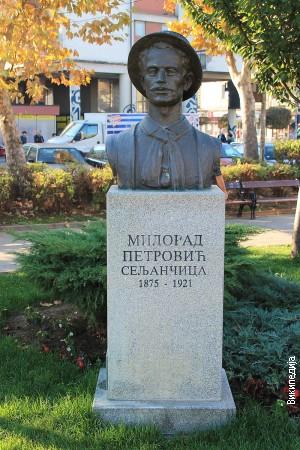 Споменик у Младеновцу, рад Зорана Кузмановића
