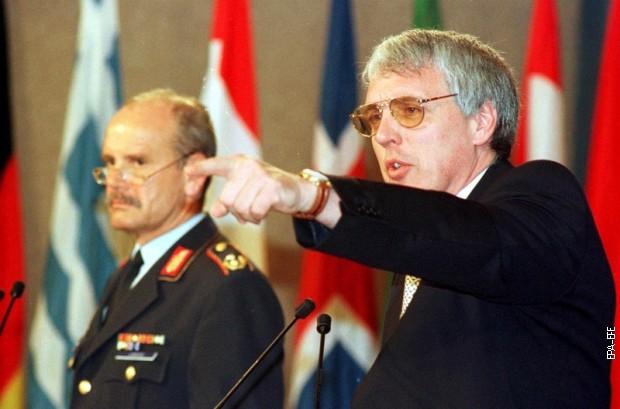 Дневни брифинг у седишту НАТО-а у Бриселу 4. маја 1999: портпарол НАТО-а Џејми Шеј и портпарол немачке војске генерал Валтер Јерц