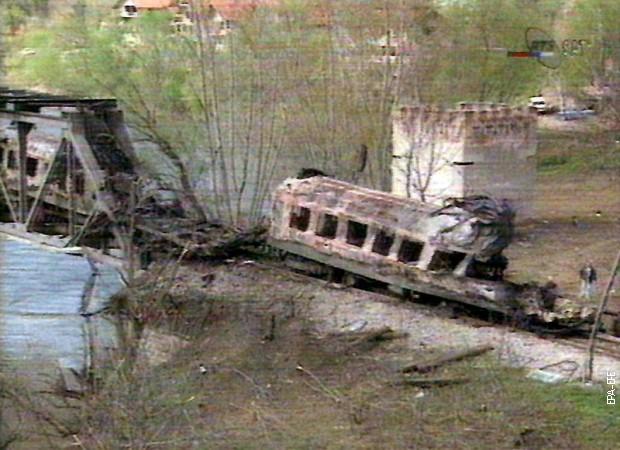 Путнички воз погођен на мосту у Грделичкој клисури, 12. април 1999.