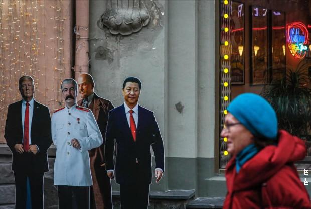 Картонске фигуре Трампа, Стаљина, Лењина и Си Ђинпинга на улицама Москве