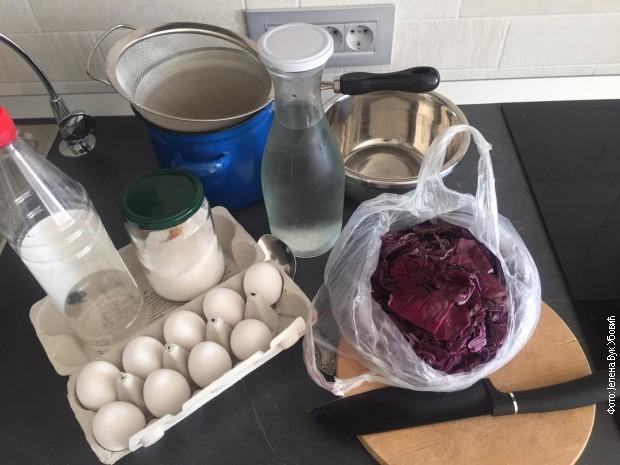 Sve što vam je potrebno za farbanje jaja u crvenom kupusu