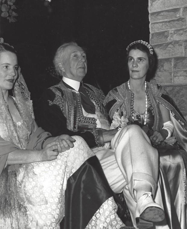 Sa Frenkom Lojd Rajtom obučenim u crnogorsku narodnu nošnju za Noć veštica 1940.