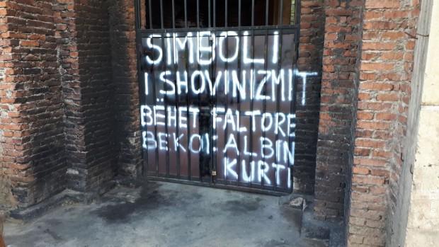 Novi grafit na vratima Hrama Hrista Spasa u Prištini