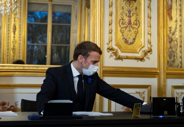 Francuski predsednik Emanuel Makron u kabinetu