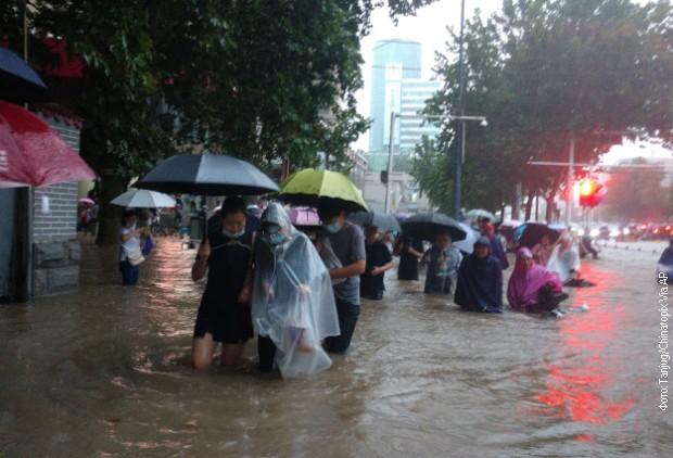 Velike poplave u Kini – stradalo 12 osoba, 100.000 ljudi evakuisano