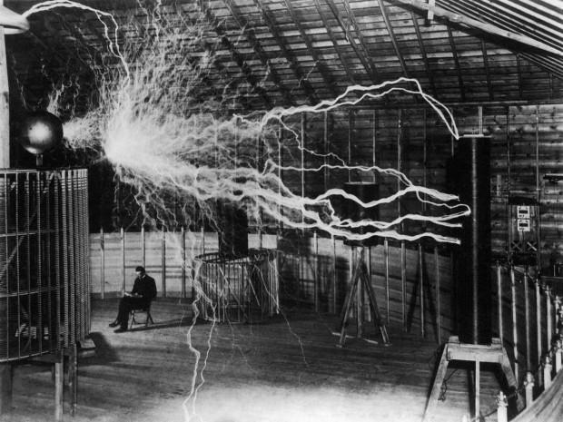 Никола Тесла у лабораторији у Колорадо Спрингсу
